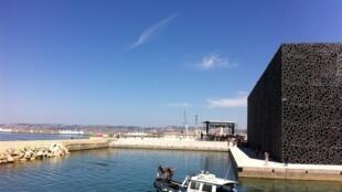 Le bâtiment J4 du MuCEM, face à la mer méditerranéenne.