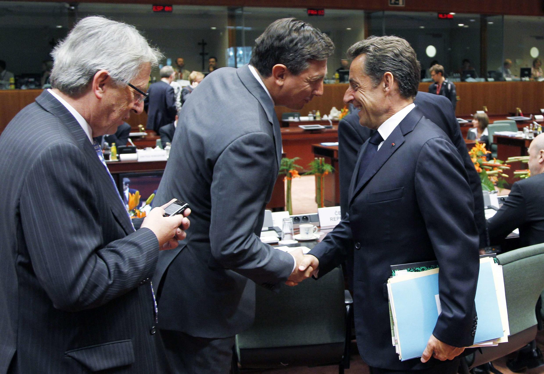 Николя Саркози приветствует свогего словенского коллегу на совещании в Брюсселе