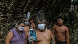 Un membre de la communauté indigène contacte un médecin de l'Etat de Sao Paulo pour recevoir une assistance médicale à distance suite à l'épidémie de Covid-19 qui touche son peuple, le 6 mai 2020.