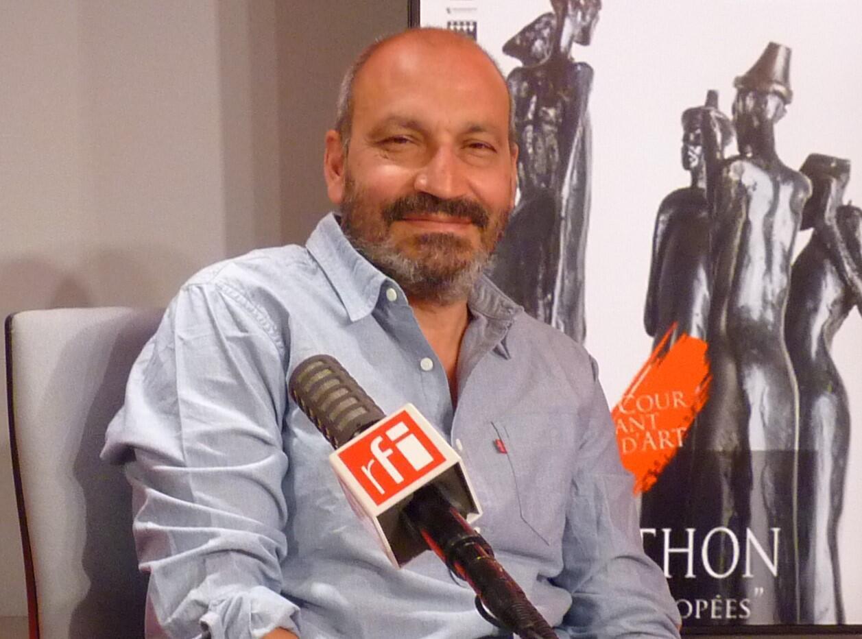 El escultor colombiano Milthon en RFI