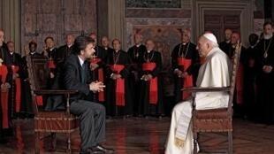 Moretti (à esq.), o psicanalista no filme, questiona o cardeal interpretado por Michel Piccoli.