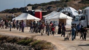 Des réfugiés et des migrants du camp incendié de Moria, en Grèce, ont été transférés dans un nouveau camp temporaire, le 16 septembre 2020.