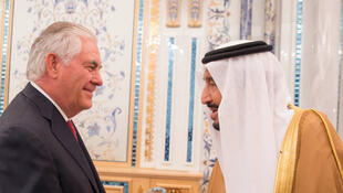 Le secrétaire d'Etat américain Rex Tillerson (g) a été reçu, mercredi 12 juillet, par le roi Salmane d'Arabie saoudite peu après son arrivée en fin de matinée à Jeddah, sur la mer Rouge.