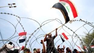 Wanamgambo wa vuguvugu la Sadr, jina la kiongozi wa Kishia Moqtada Sadr wakiandamana Baghdad Aprili 26, 2016.