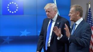 Donald Trump (à esq.) e Donald Tusk, presidente do Conselho Europeu, em Bruxelas, em 25 de maio de 2017
