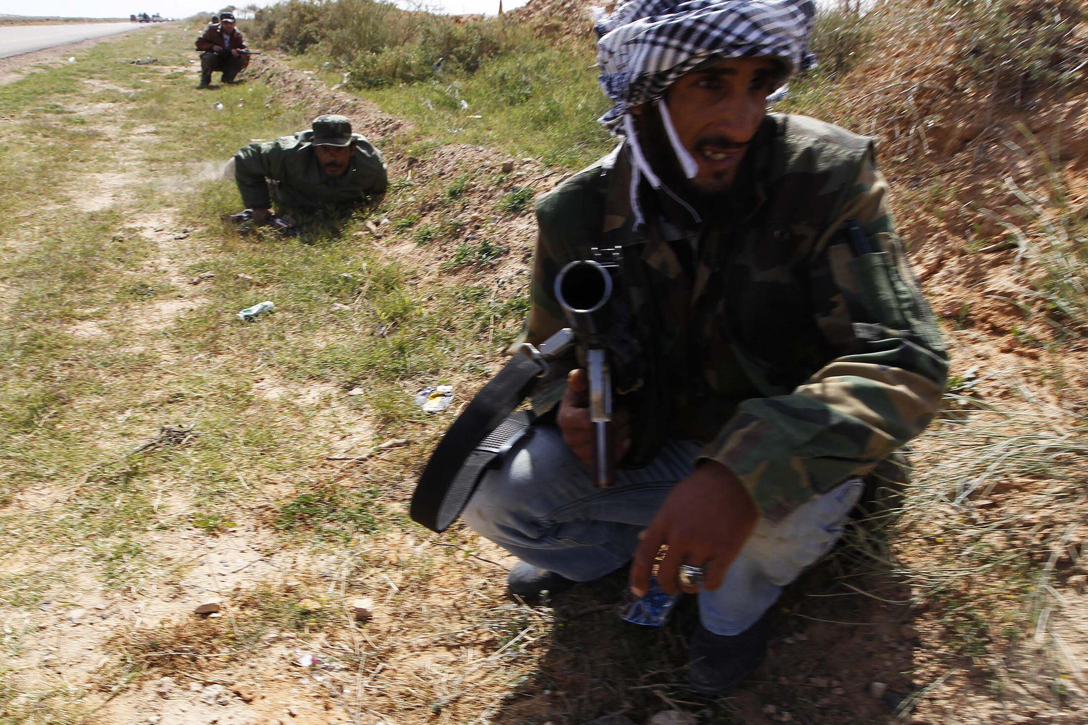 Повстанцы под пулеметной атакой сил, верных Каддафи близ Бен-Джавада. Фото 29 марта 2011 г.