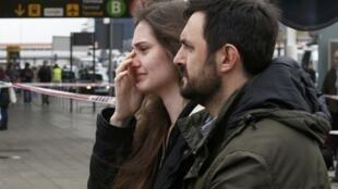 Familiares das vítimas do acidente do Airbus A320, da companhia aérea Germanwings, no aeroporto El Prat, em Barcelona.