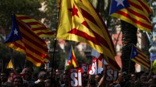 Separatistas catalães se mantêm mobilizados em Barcelona nesta quinta-feira (21).
