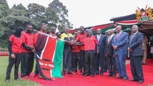 Rais wa Kenya, Uhuru Kenyatta akikabidhi bendera ya Kenya kwa wanariadha na wanamichezo wa nchi hiyo wanaoenda kushiriki michezi ya Olimpiki ya Rio, 22 Julai 2016