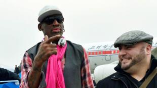 Cựu ngôi sao bóng rổ Mỹ Dennis Rodman (trái) tới sân bay Bình Nhưỡng ngày 6/1/2014. Ảnh do hãng tin Kyodo phát hành.