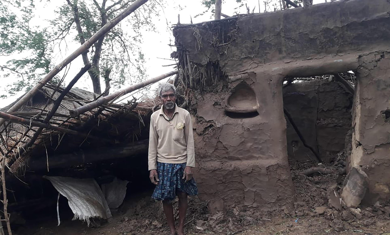 """طوفان مهیب """"آمفان"""" که از دو روز پیش در مناطق ساحلی بین مرزی هند و بنگلادش نازل شد، خرابی های زیادی به بار آورده و دهها کشته به جای گذاشته است."""