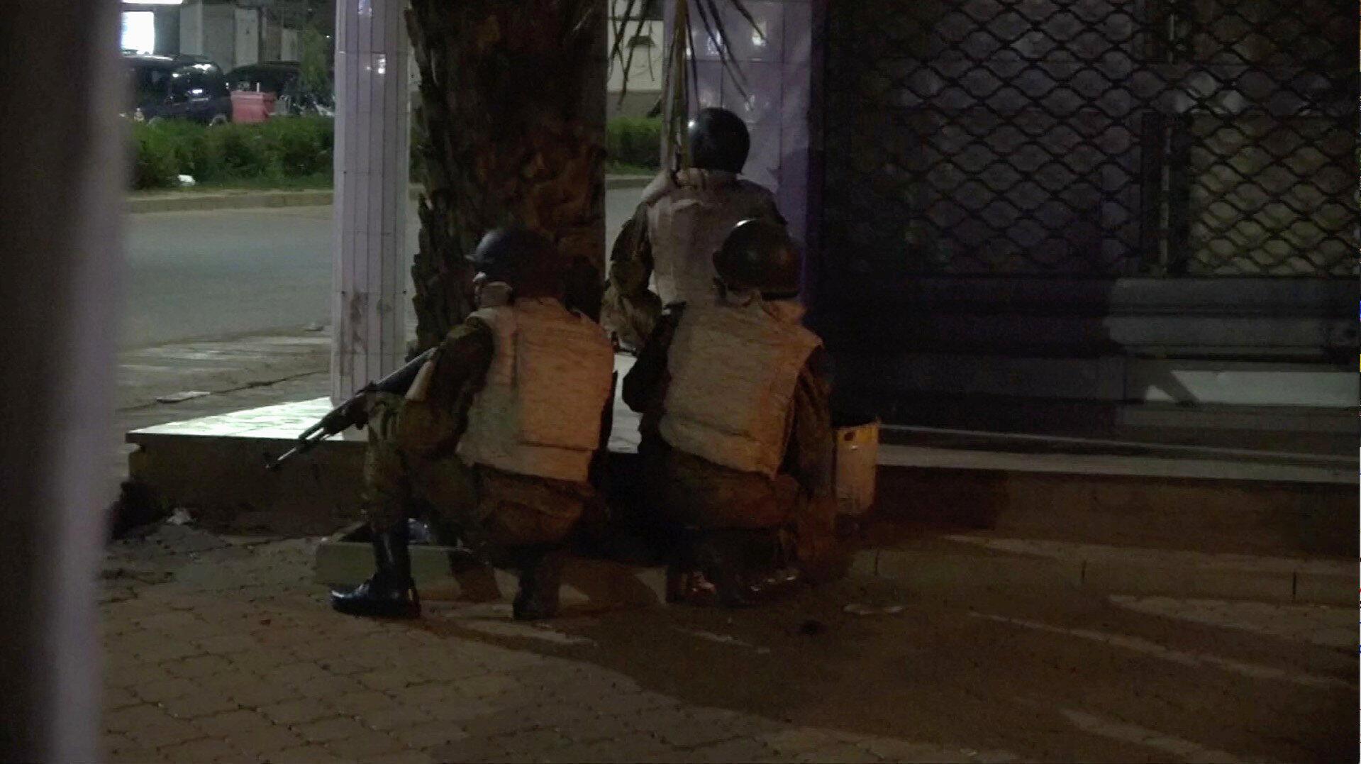 Le quartier du café-restaurant Aziz Istanbul où a eu lieu l'attaque pendant la nuit du 13 au 14 août est bouclé par les forces de sécurité.