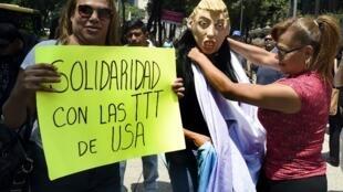 Manifestation de soutien aux transgenres le 28 juillet 2017, à Mexico, devant l'ambassade américaine.