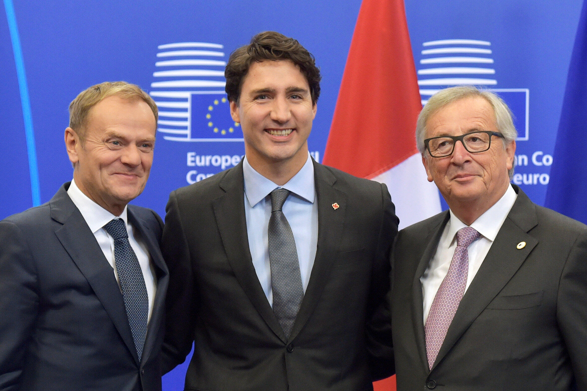 Thủ tướng Canada Justin Trudeau (giữa), chủ tịch Hội Đồng Châu Âu Donald Tusk (trái) và chủ tịch Ủy Ban Châu Âu Jean-Claude Juncker trước khi ký hiệp định CETA tại Bruxelles ngày 30/10/2016.