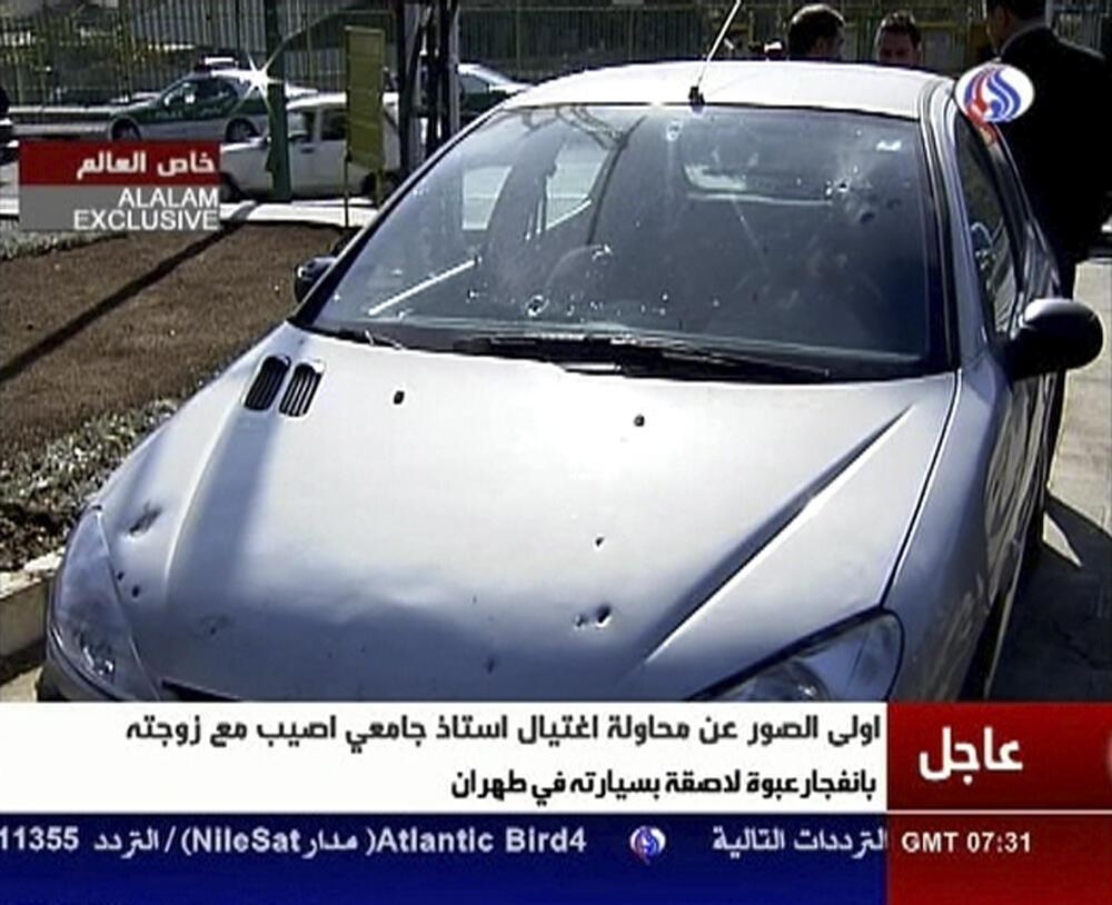 Hình ảnh chiếc xe bị gài bom được chiếu trên đài truyền hình Iran hôm nay.