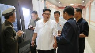 Lãnh đạo Kim Jong-Un đang đi thanh tra một nhà máy tại Bình Nhưỡng. Bức ảnh được hãng tin KCNA của Bắc Triều Tiên đăng tải vào ngày 10/08/2016.