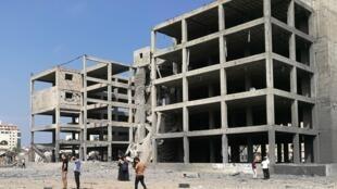 L'armée israélienne a bombardé cet immeuble en construction dans la ville de Gaza samedi. Elle affirme qu'il s'agissait d'un centre d'entraînement au combat urbain du Hamas. Mais les gardiens du site et les passants assurent que non.
