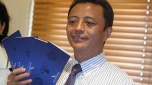 Former leader Marc Ravalomanana with air tickets to Madagascar