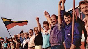"""Участники акции """"Балтийский путь"""" 23 августа 1989 года"""