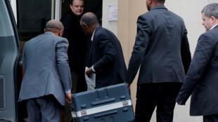 Des hommes transportent les boîtes noires du Boeing 737 MAX 8 d'Ethiopian Airlines au siège du BEA au Bourget, au nord de Paris, le 14 mars 2019.