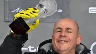 (ARCHIVO) En esta foto de archivo del 21 de marzo de 2021, el director ejecutivo de la empresa de ropa deportiva Head, Johan Eliasch, posa con un trofeo durante la ceremonia del podio de la Copa del Mundo de esquí alpino de la FIS en Lenzerheide