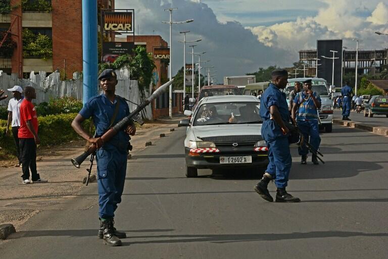 Des policiers patrouillent dans une rue de Bujumbura, le 12 avril 2016.