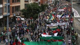 """Colombie: quatrième """"grève générale"""" en Colombie ce mercredi 21 octobre, après onze mois de protestation contre la politique du gouvernement Duque. Syndicats, étudiants et communautés indiennes marchent côte à côte dans la capitale."""
