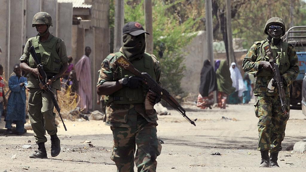 Нигерийские солдаты на улицах города Бага в 2013 году.