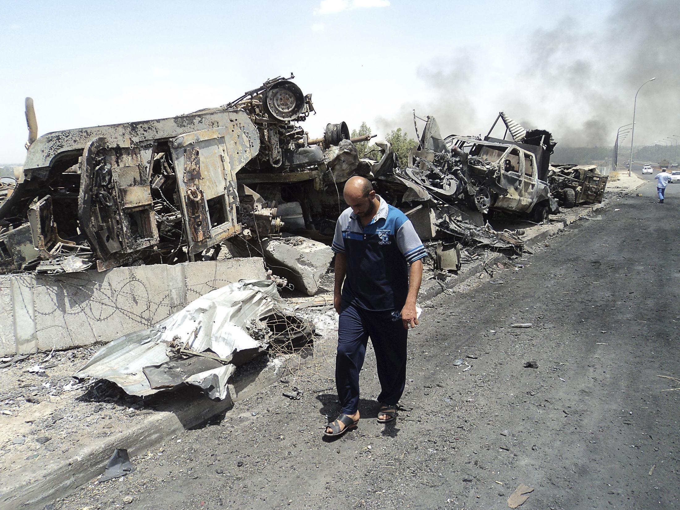 Сожженная техника иракских сил безопасности в Мосуле 13/06/2014