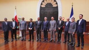 Les douze membres de la commission mixte sur les Îles Éparses, se réunissant pour la première fois le 18 novembre 2019.