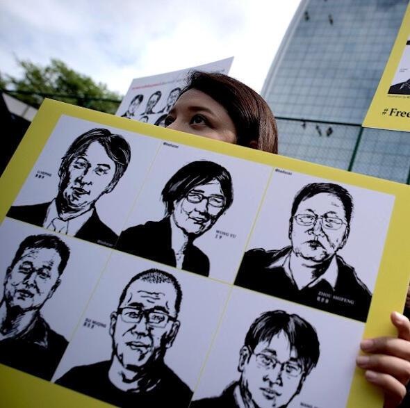 Amnesty International biểu tình trước Sứ quán Trung Quốc  tại Bangkok ngày 06/08/2015, đòi Bắc Kinh trả tự do cho  hàng trăm luật sư bảo vệ nhân quyền bị bắt giữ.