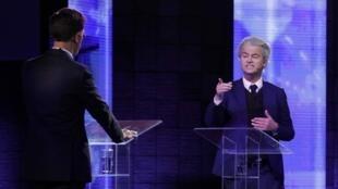 Geert Wilders aponta o dedo para Mark Rutte (de costas) em debate em Roterdã, em 13 de março de 2017