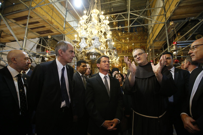 Le Premier ministre français Manuel Valls en visite dans la basilique de la nativité à Bethléem, le 23 mai 2016.