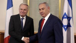 Da esquerda para a direita, ministro francês dos negócios estrangeiros, Jean-Marc Ayrault e o primeiro-ministro israelita, Netanyahu, sobre o relançamento do processo de paz israelo-palestinianooa