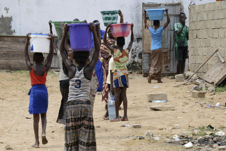 Transport de bassines d'eau à Dakar (illustration non datée).
