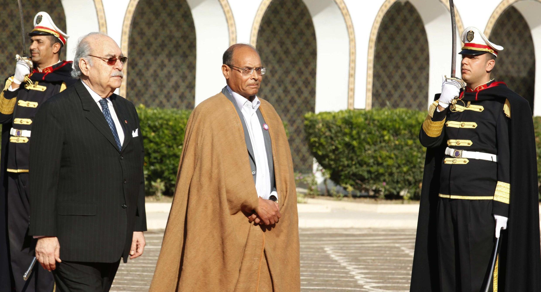 Le nouveau président tunisien Moncef Marzouki avec l'ancien président par intérim Fouad Mebazaa (g) devant le palais présidentiel de Carthage, Tunis le 13 décembre 2011.