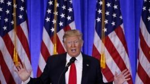 El presidente Donald Trump habla durante una conferencia de prensa en la Trump Tower en Manhattan, Nueva York, el 11 de enero de 2017.