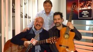 Wladimir Beltrán y Javier Díaz González con Jordi Batalle después de la grabación de El invitado de RFI.
