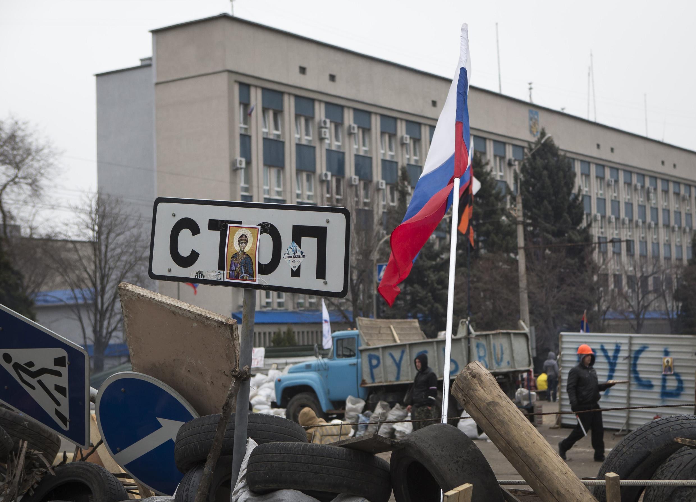 Пророссийские митингующие в Луганске