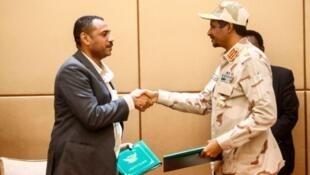 Viongozi wa waandamanaji nchini Sudan Ahmed Rabie akisalimiana na kiongozi wa kijeshi Jenerali Mohamed Hamdan Daglo baada ya kutiliana saini Agosto 4 2019