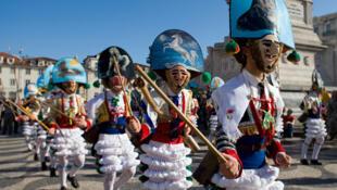 Une parade en costume au carnaval de Lisbonne au Portugal.