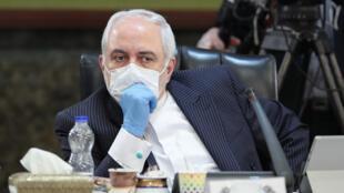Mohamad Javad Zarif, con mascarilla y guantes protectores, durante una reunión del Gobierno de Irán, el 15 de abril de 2020 en Teherán