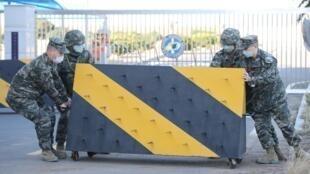 Thủy quân lục chiến Hàn Quốc lập hàng rào sau khi một sĩ quan hải quân ở đảo Jeju bị xác định nhiễm virus corona. Ảnh chụp ngày 21/02/2020