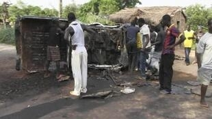 Habitantes observam caminhão da rebelião Seleka, que tomou a capital centro-africana de Bangui neste domingo.