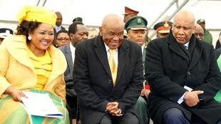Lesotho President Thomas Thabane (centre), First Lady Maesaiah Thabane (l), with King Letsie III (right), on inauguration day in Maseru, June 2017.