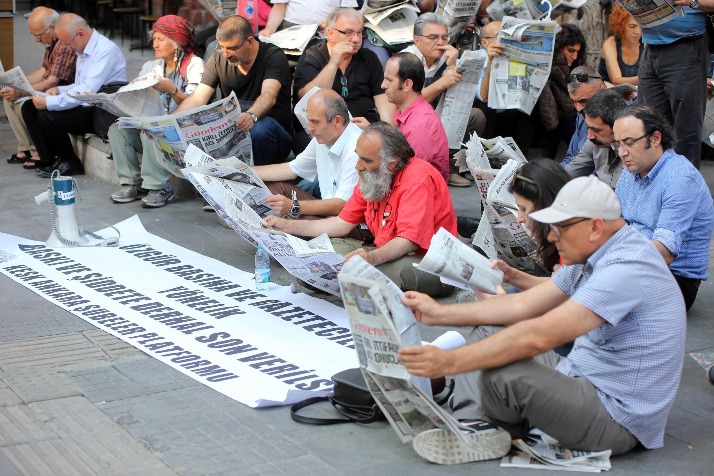 Giới phóng viên Thổ Nhĩ Kỳ biểu tình phản đối chính quyền Ankara bắt giam các đồng nghiệp ngày 30/06/2016.
