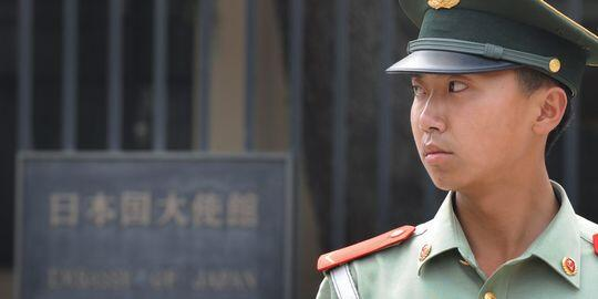 Cảnh sát Trung Quốc trước sứ quán Nhật tại Bắc Kinh (Reuters)