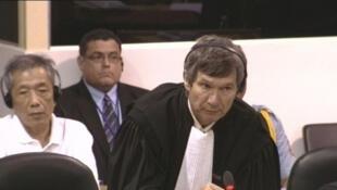 L'avocat international François Roux plaidant à un procès à la Chambre extraordinaire de la Cour du Cambodge, le 15 juillet 2009. L'accusé, Kang Kek Iew est derrière son avocat, à gauche.