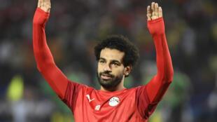 L'attaquant égyptien Mohamed Salah salue ses supporters, lors du quart de finale de la Coupe d'Afrique des nations contre l'Afrique du sud, le 6 juillet 2019 au Caire