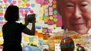 一名正在制作悼念新加坡前总理李光耀卡片的妇女 2015年3月23日